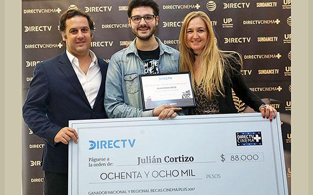 JULIAN CORTIZO el ganador de la beca junto a directivos de DIRECTV (Foto: Directv)