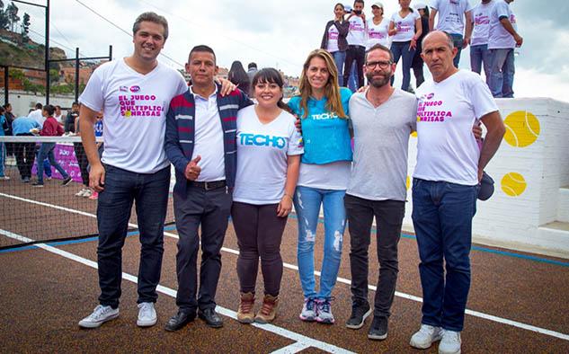 Ejecutivos de Sony y de TECHO Colombia en la inauguración de la cancha