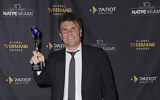 Gustavo Grossman, de HBO Latin America, fue el encargado de recibir las estatuillas para la serie récord de récords, Game of Thrones: Most In-Demand Series in the World: World's Choice y Most In-Demand Drama Series in the World.