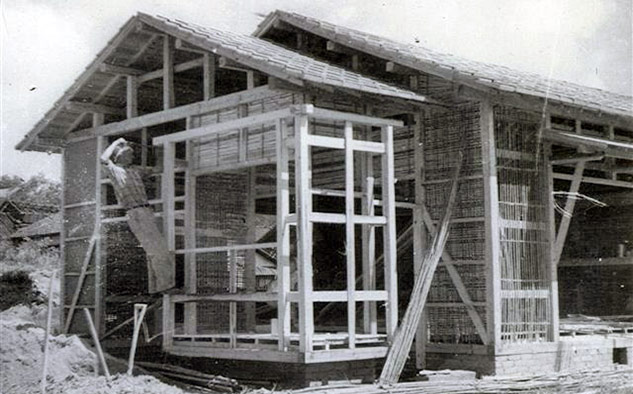 """Floyd Schmoe con su programa """"Casas por Hiroshima"""" construyó 21 casas, para los sobrevivientes de la bomba atómica y sus familias."""