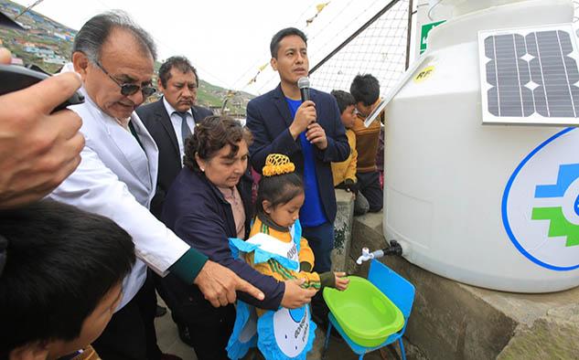 Con esta iniciativa se beneficia a 350 alumnos de nivel inicial y primario del colegio San José Obrero con 3 turbinas; y a seis familias del poblado Virgen de la Candelaria, en Lima.
