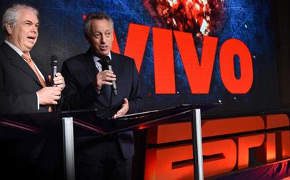 Guillermo Tabanera, VPS y gerente general de ESPN Latinoamérica, junto a Quique Wolf, símbolo de la cadena, y presentador oficial del Upfront.