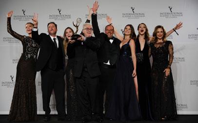 Walcyr Carrasco, al centro, con el Emmy, rodeado por actores y productores de la telenovela.