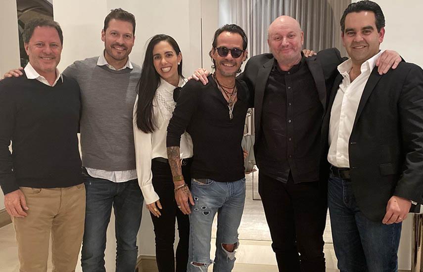 De izquierda a derecha: Gaston Goreli, Felipe Pimiento, Carla Curiel, Marc Anthony, Juan José Campanella y Roberto Castro.