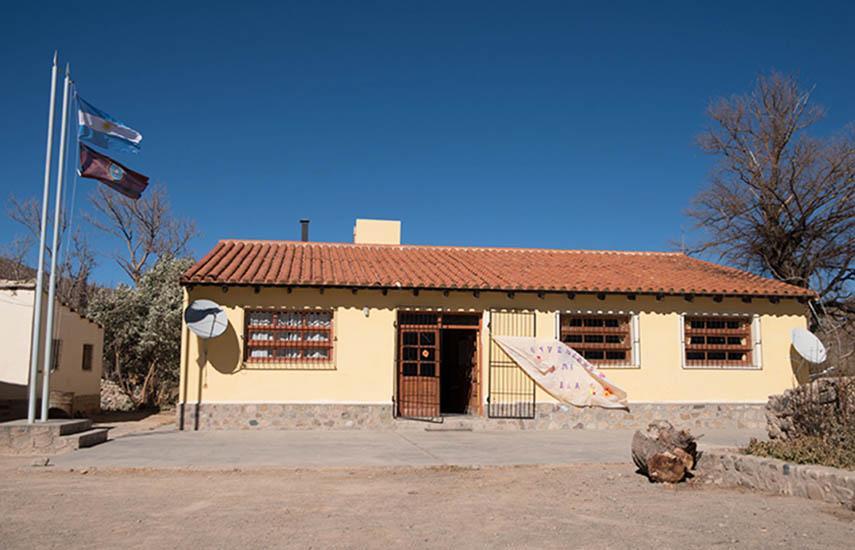 Las comunidades de la Escuela N° 4526 El Rosal, y de la Escuela N° 4327 San Bernardo de las Zorras, receptoras del programa de televisión educativa. (Fotos: soydirectv.com.ar)