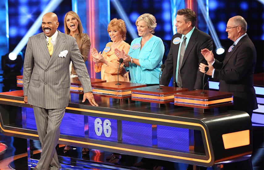 'Family Feud' ha sido un éxito comercial tanto en el mercado de habla hispana como el de habla inglesa estadounidense, específicamente, en su más reciente adaptación con el comediante Steve Harvey.