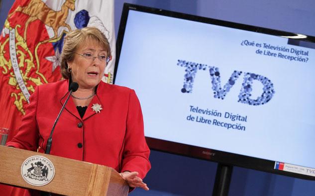 Michelle Bachelet da luz verde a la ley y establece la meta de un lustro para la reconversión total.