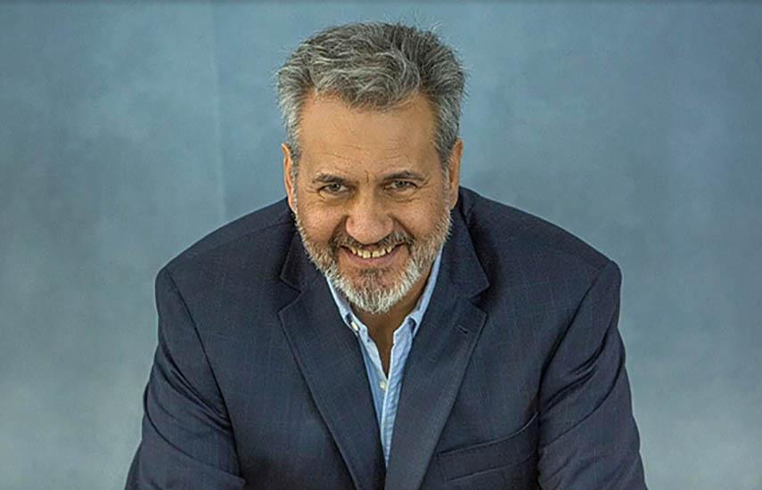 Claudio Alberto González, experto en constelaciones, conduce la docuserie.