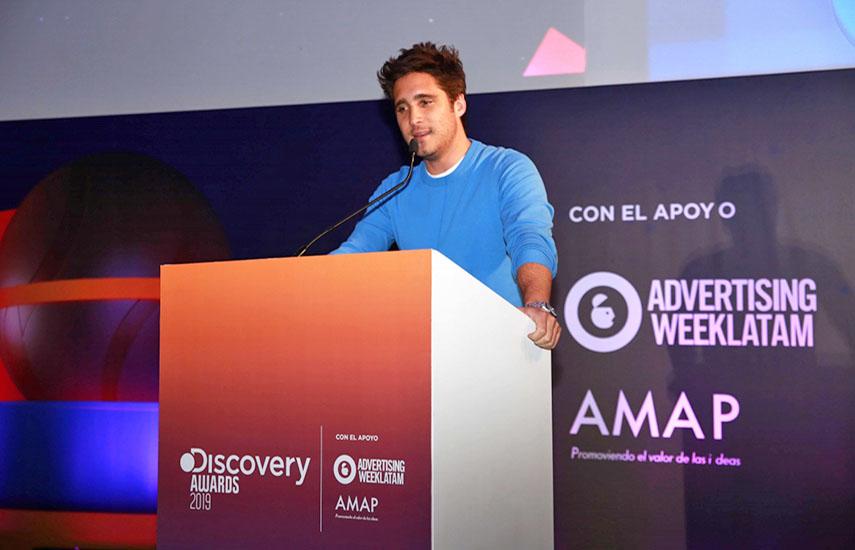 El actor Diego Boneta fue el encargado de presentar el reconocimiento al embajador Discovery.
