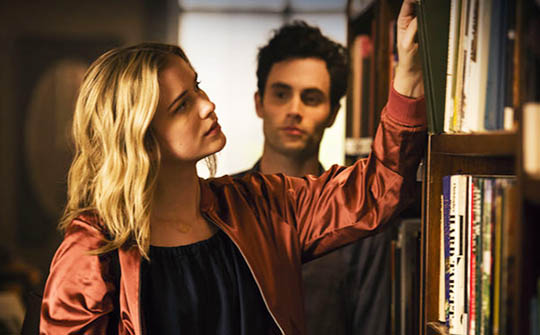 "Elizabeth Lail y Penn Badgley, protagonizan ""You""."