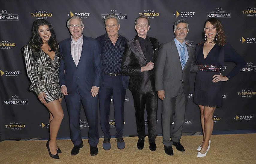 Los presentadores de la gran gala: Hailie Sahar, Jerry Springer, Martin Kove, Carson Kressley (host), Esai Morales, y Emily Swallow.