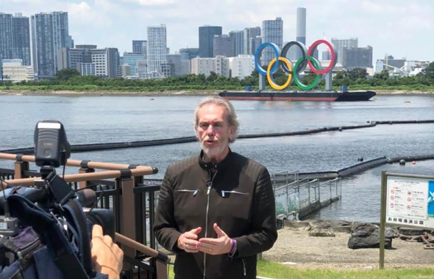 Gonzalo Bonadeo, periodista conductor a cargo de toda la transmisión de la señal argentina distribuida a nivel internacional.