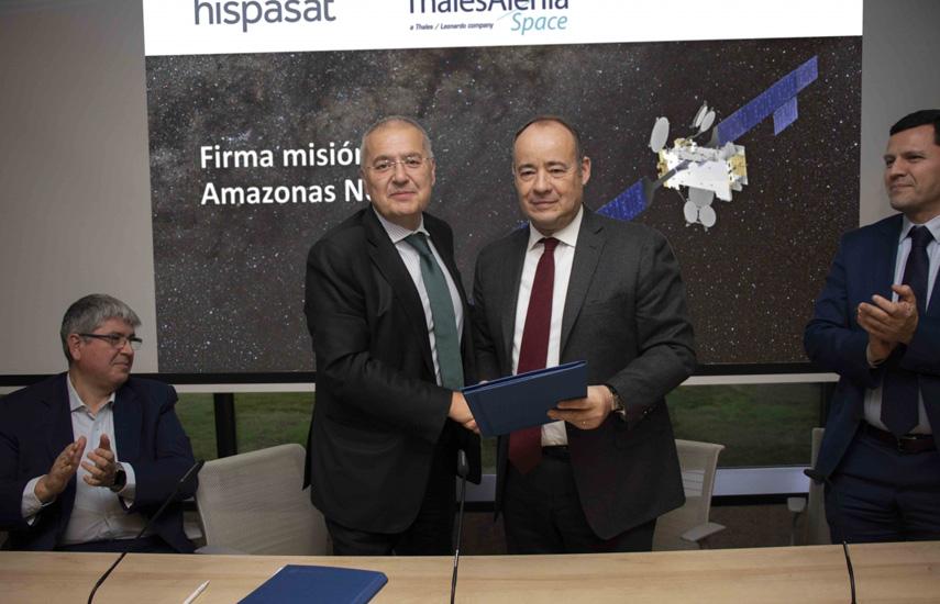 Antonio Abad y Miguel Ángel Panduro, de Hispasat; junto a Jean Loïc Galle y Eduardo Bellido, de Thales Alenia Space, tras la firma del contrato entre Hispasat y Thales Alenia Space.