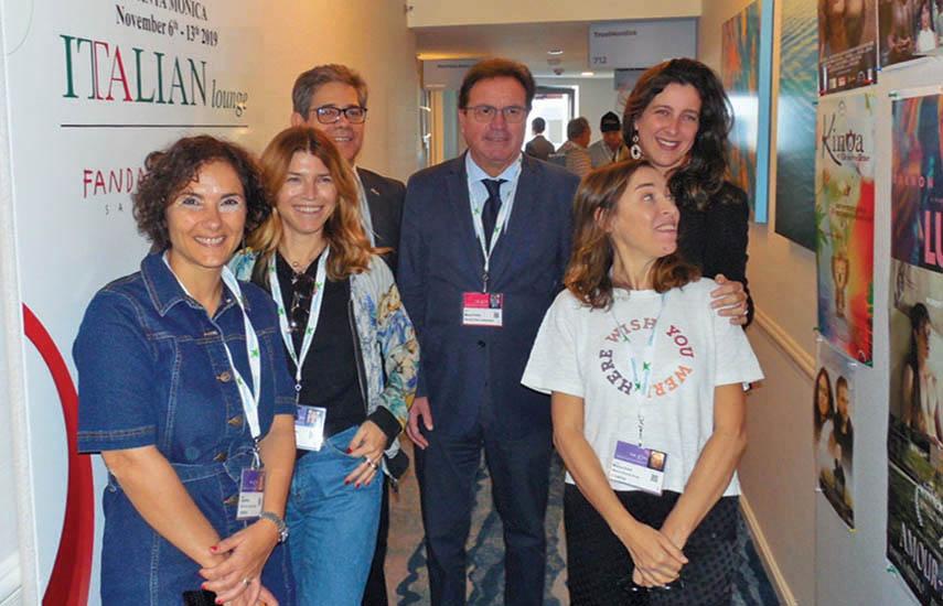 Los representantes de la Comisión de Film de los Abruzos, Francesco Di Filippo y Mauro Febbo (en el centro, junto a ejecutivas italianas), visitaron el contingente nacional agrupado en el AFM bajo el paraguas conjunto de la Comisión de Comercio de Italia en la suite del Loews.