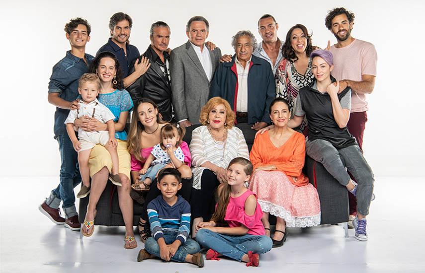 Esta producción narra la historia de Julieta (Zuria Vega) y Robert (Daniel Arenas) que tienen que dividir su tiempo entre ser papás, ser hijos, ser hermanos y cumplir en su trabajo.