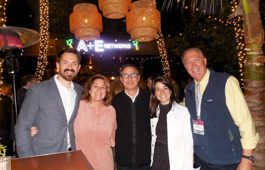 Paul Buccieri, presidente de A+E Networks Group, estuvo presente en la fiesta de la compañía en NATPE Miami. Una imagen en un alto de la recepción: Bryan Gabourie, Ellen Lovejoy, Buccieri, Hannah Carrady, y Dom Serafini, fundador de VideoAge.