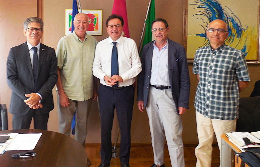 Protagonistas de la reunión que selló la creación de la AFCAB en las oficinas gubernamentales de la región de Abruzzo en Pescara: Francesco Di Filippo, Dom Serafini, Mauro Febbo, Paolo Di Maira, director de Cinema & Video International, y Donato Silveri, director de Grupo de Trabajo de la Abruzzo Film Commission.