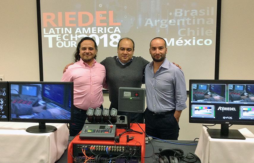 Hugo Antonio Caviedes, Systems Consultant de Riedel Communications y Ángel González España, gerente de Ventas Internacionales para América Latina, junto a Serkan Güner.