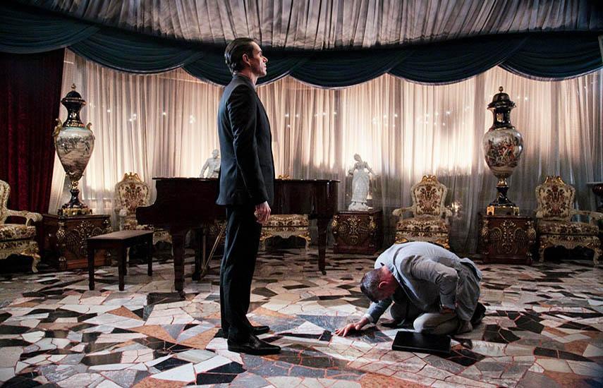 La trama de Sr. Ávila sigue a Roberto Ávila, un vendedor de seguros de vida de clase media, afectuoso esposo y padre. También es un astuto asesino a sueldo.