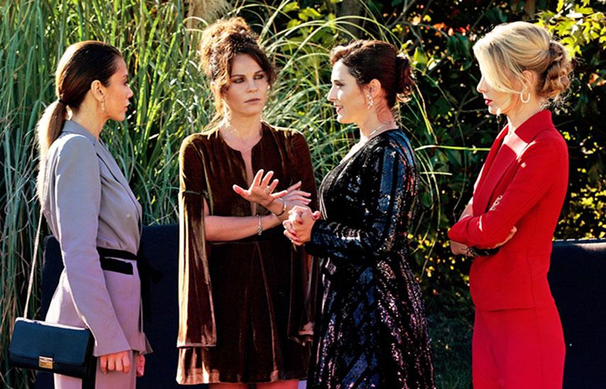 La trama sigue el destino de cuatro mujeres de un barrio exclusivo, amigas de la infancia que vuelven a reencontrarse al ser adultas.