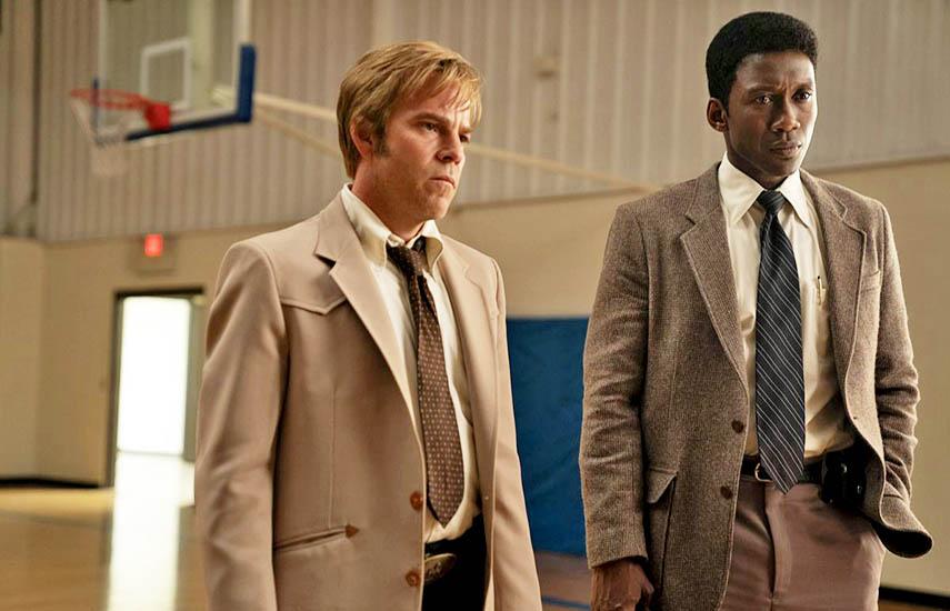 Mahershala Ali encabeza el elenco interpretando a Wayne Hays, un detective de la policía estatal del Noroeste de Arkansas.