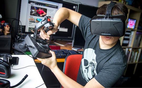 Un jugador de Elite Dangerous con un visor VR Oculus Rift